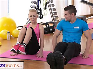 FitnessRooms Bendy blondie leans Over for her Trainer