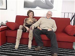 SCAMBISTI MATURI - Deep anal with mature Italian dame