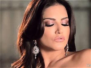 steaming steaming Sunny Leone finger-tickling her raw pussyhole