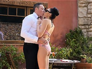 Ariana Marie strokes a waiters beef whistle in the supreme outdoors