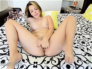 CaleyHayes plays with her snatch on the bed
